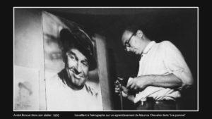 André Bonnet photographe à l'aérographe devant un portrait de